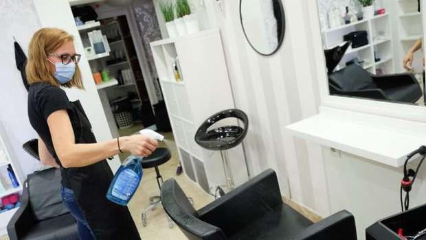 Vlada nekoliko sprostila pogoje za frizerske in kozmetične salone v rdečih regijah (foto: STA)