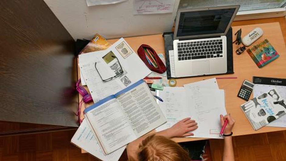 Tretji dan šolanja na daljavo: Napad na spletne učilnice (foto: Tamino Petelinšek/STA)