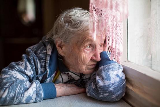 """80-letna gospa hlipajoče v telefon Ninne Kozorog: """"Jaz ne upam več ven!"""""""