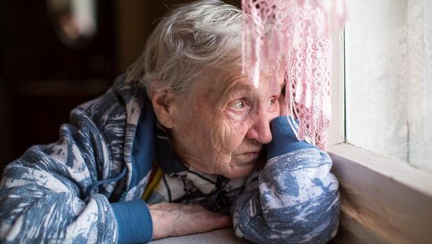 """80-letna gospa hlipajoče v telefon Ninne Kozorog: """"Jaz ne upam več ven!"""" (foto: profimedia)"""