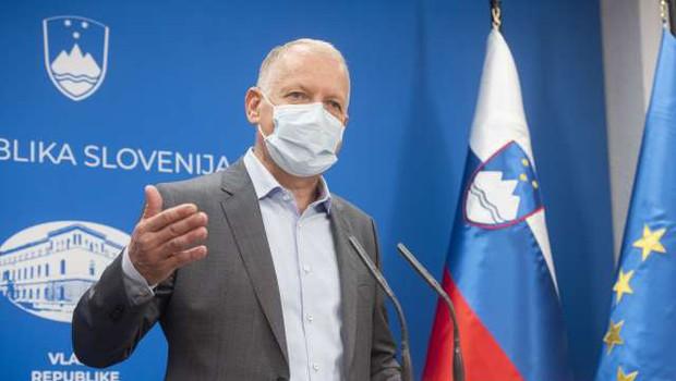 """Infektolog Jereb: """"Rešitev je ustavitev javnega življenja. Ukrep je v prvem valu deloval!"""" (foto: Bor Slana/STA)"""