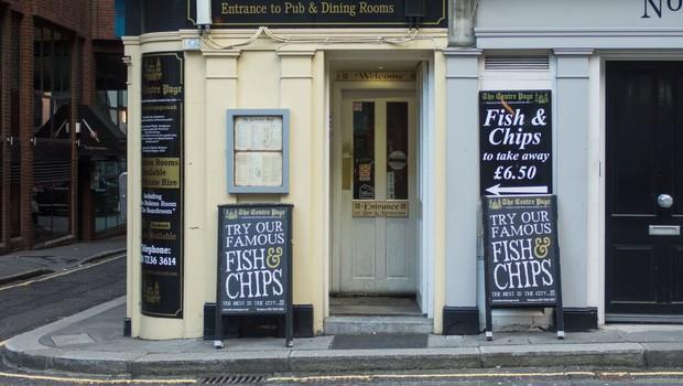 Britanska raziskava izločila pube in restavracije kot žarišča okužb – največ prenosov virusa v domačih in delovnih okoljih (foto: profimedia)