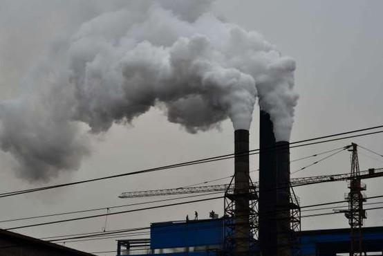 15 odstotkov smrti zaradi covida-19 bi lahko bilo povezanih z onesnaženim zrakom