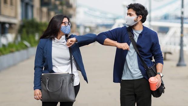O tem, kako maske znižujejo tveganja za okužbo (in kaj imajo skupnega z zobno ščetko) (foto: profimedia)