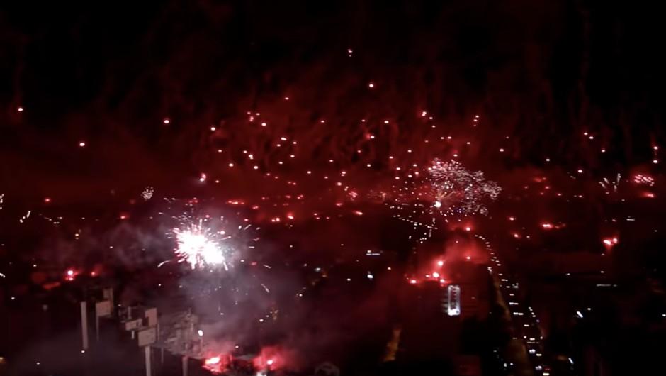 Spektakularni posnetki iz Splita: Ob obletnici navijaškega kluba Torcida nebo nad mestom zažarelo (foto: YouTube)