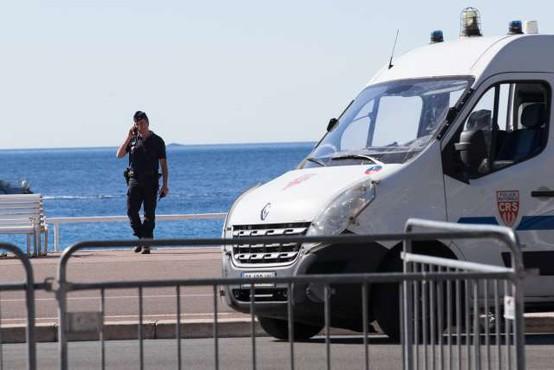 V Nici napad z nožem zahteval smrtne žrtve, več ranjenih