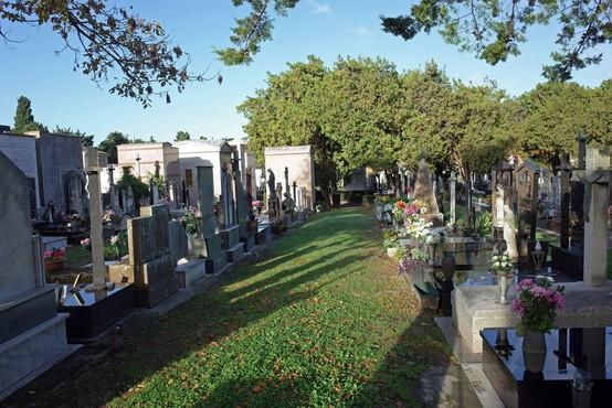 V občini Železniki so začasno zaprli vsa pokopališča