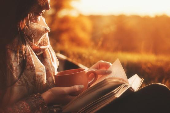 Za vaš bralni seznam: 3 za osebno rast in sprostitev + 5 kratkočasnih novih romanov