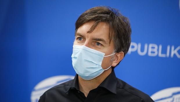 """Dr. Aleš Rozman: """"Ni trdnega dokaza, kaj naj bi na Gorenjskem povečalo število okužb!"""" (foto: Anže Malovrh/STA)"""