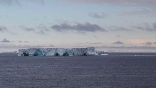 Največja ledena plošča na svetu se približuje odročnemu otoku v južnem Atlantskem oceanu (foto: Xinhua/STA)