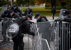 V središču Ljubljane spopadi s policijo, veliko pirotehnike, policija uporabila vodni top