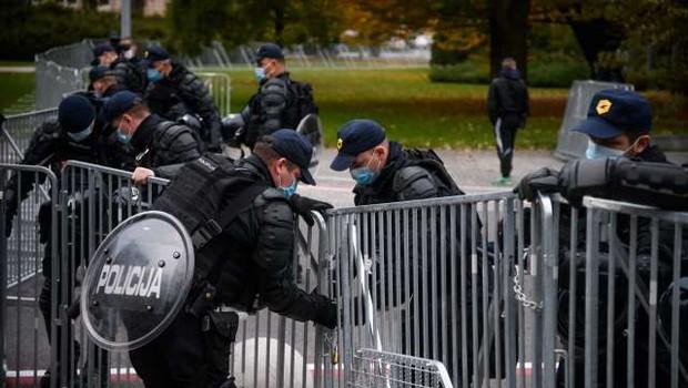 V središču Ljubljane spopadi s policijo, veliko pirotehnike, policija uporabila vodni top (foto: Nebojša Tejić/STA)