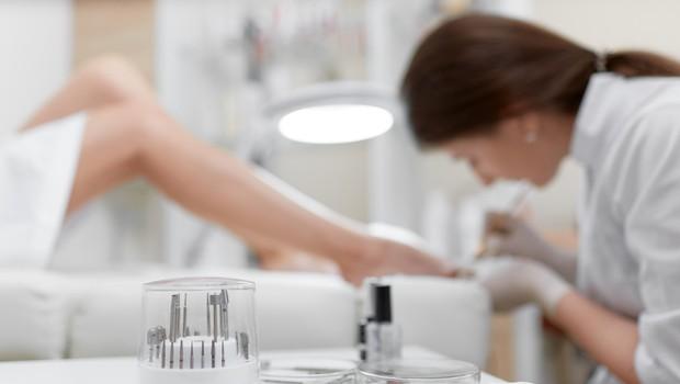 Vlada dovoljuje pedikuro in odprtje nekaterih specializiranih trgovin (foto: Shutterstock)