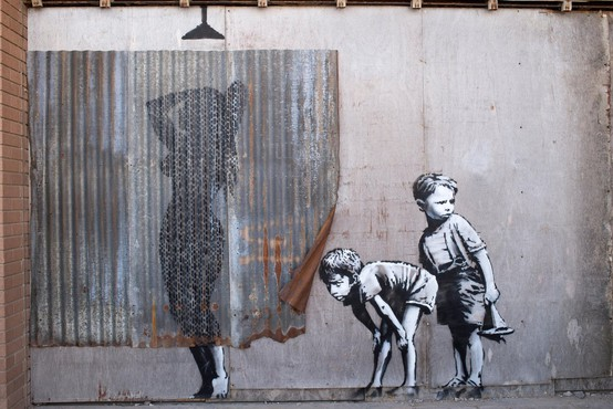 Banksyjeva razstava privabila skoraj toliko obiskovalcev, kot jih muzej obišče v letu dni