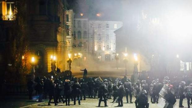 Policija na protestih pridržala deset ljudi, med ranjenimi tudi policisti in novinarji (foto: Nik Jevšnik/STA)