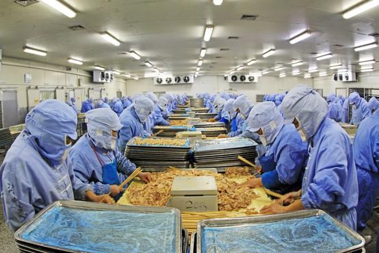 Na Kitajskem moški okužen s koronavirusom po rokovanju z nemškim mesom