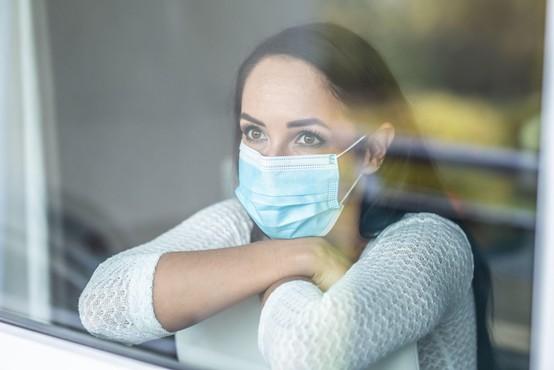 Skoraj 60 odstotkov vprašanih odgovornost za hitro širjenje virusa pripisuje ljudem samim