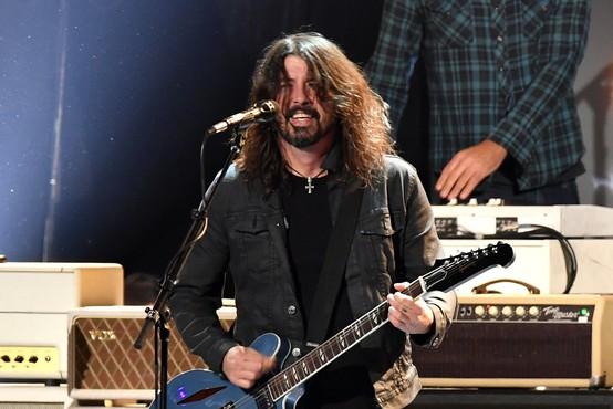 Dave Grohl desetletno čudežno bobnarko povabil na oder s Foo Fighters