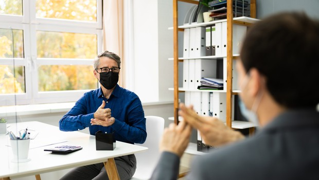 Obrazne maske gluhim in naglušnim preprečujejo branje z ustnic (foto: profimedia)