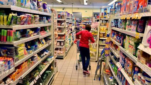 Najmanj dva tedna odprte le nujne trgovine, ustavljen tudi javni promet (foto: STA/Tamino Petelinšek)