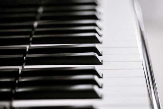 Dečka v Italiji operirali ob klavirski spremljavi