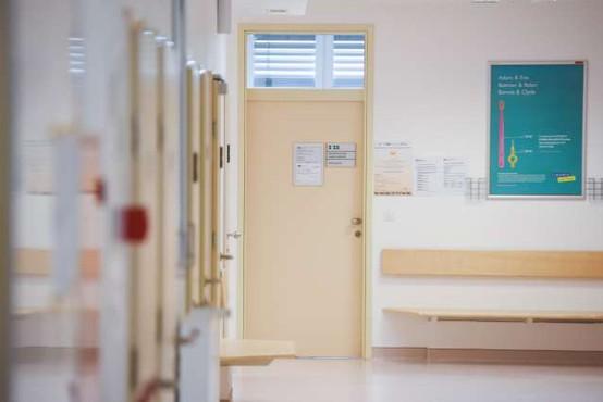 Več kot tretjina bolnikov na zdravstveno storitev čaka nad dopustno čakalno dobo