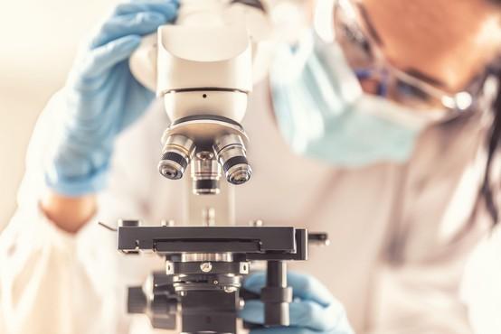 Oxfordovo cepivo sproži močan imunski odziv tudi pri starejših