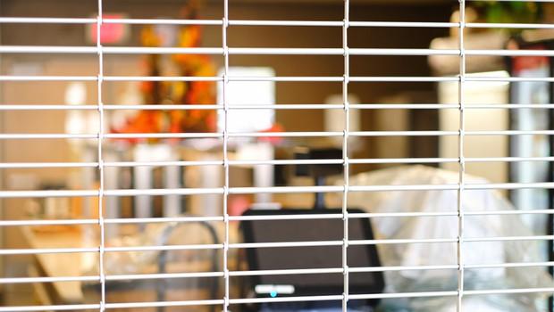 Nenujne trgovine ostajajo zaprte še teden dni, o podaljašnju omejitev gibanja odločitev v petek (foto: Shutterstock)