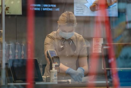 Kar 19 odstotkov Slovencev, ki so hodili v službo, je imelo najmanj en simptom covida-19