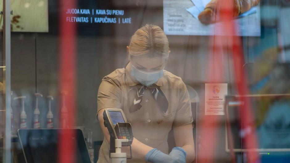 Kar 19 odstotkov Slovencev, ki so hodili v službo, je imelo najmanj en simptom covida-19 (foto: profimedia)