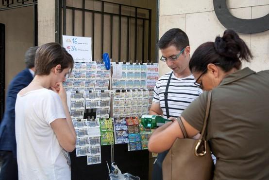 Na letošnji predbožični loteriji so Španci razgrabili z epidemijo povezano številko 14320