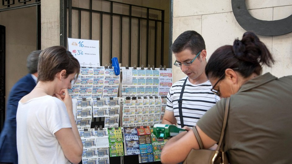 Na letošnji predbožični loteriji so Španci razgrabili z epidemijo povezano številko 14320 (foto: profimedia)