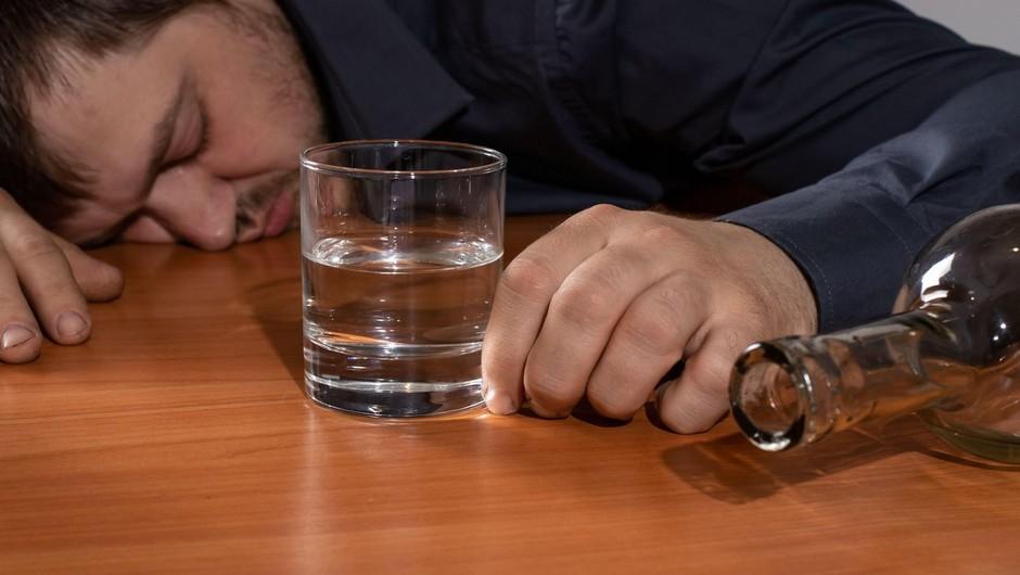 Stranski učinek epidemije je tudi večje tveganje za čezmerno pitje alkohola (foto: profimedia)