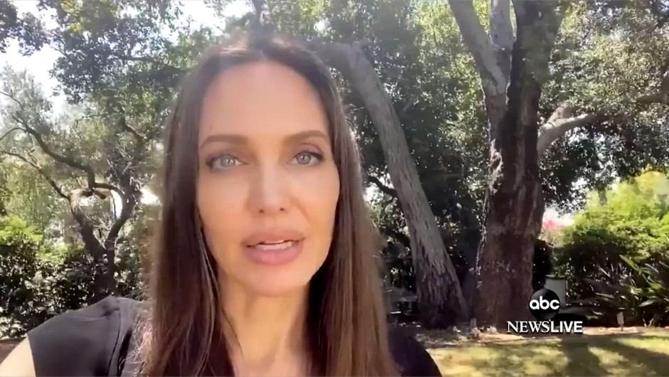 Angelina Jolie bo spet sedla na režiserski stol in se lotila življenja fotografa Dona McCullina (foto: profimedia)