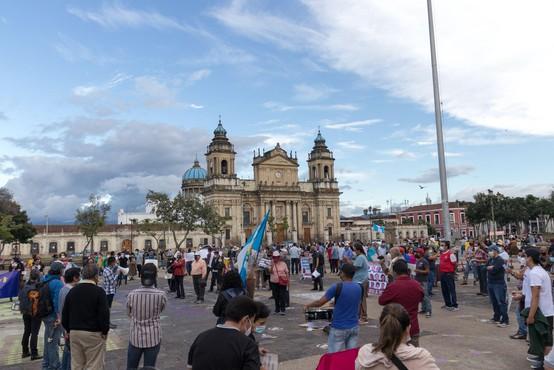 Gvatemala: protestniki, ogorčeni zaradi sprejetega proračuna, zažgali del kongresne stavbe