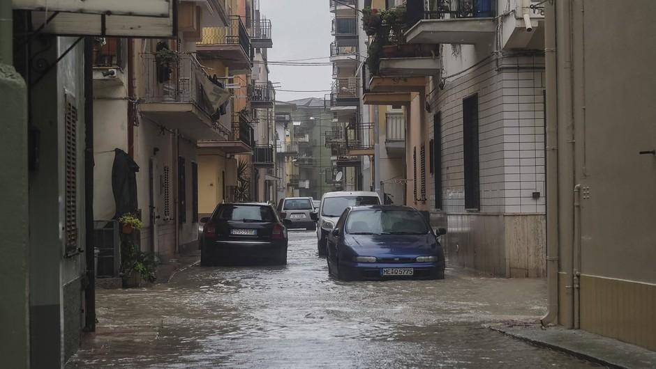 Močno deževje povzročilo hude poplave na jugu Italije (foto: profimedia)