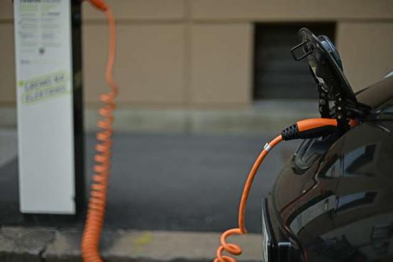 Preizkusi priključnih hibridnih vozil pokazali večje izpuste od oglaševanih