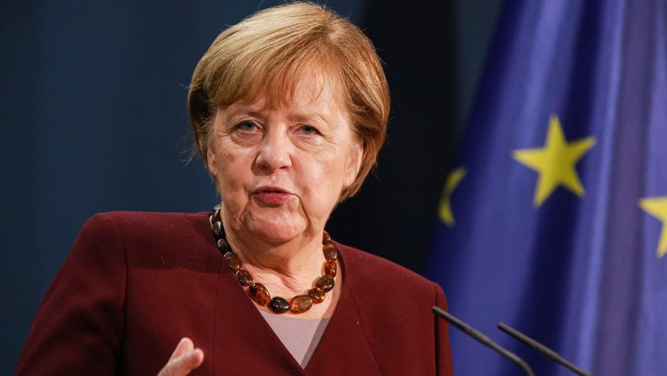 V ograjo urada kanclerke Angele Merkel se je zaletel avtomobil (foto: Profimedia)