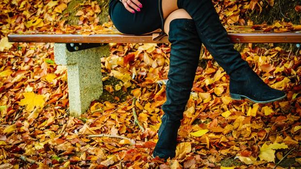 Visoki škornji čez kolena se bodo letošnjo zimo nosili tako (+ kje jih kupiti) (foto: Shutterstock)