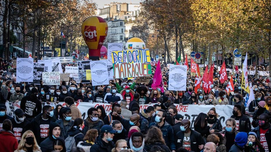 V Franciji množični protesti proti zakonu, ki bi prepovedal snemanje policistov (foto: profimedia)
