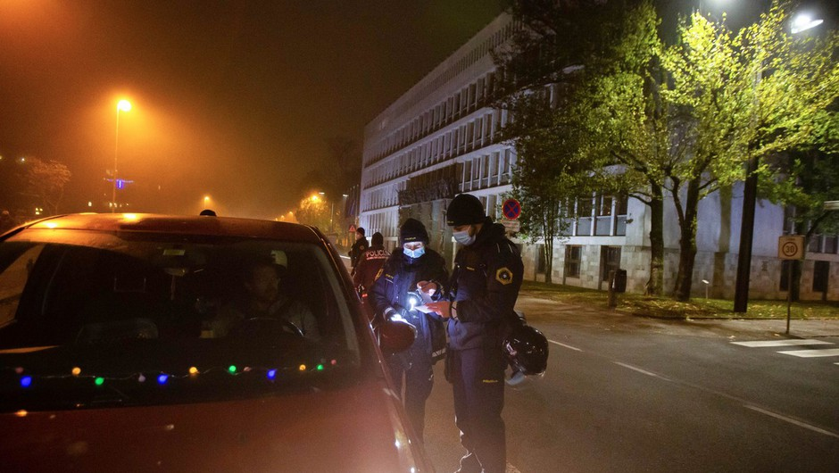 Policija zavrača očitke, da so na petkovem protestu ukrepali preostro (foto: profimedia)