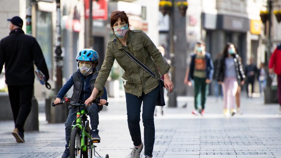 Največ kršitev ukrepov zaradi nepravilnega nošenja mask, pristojni pozivajo, naj se v prazničnem času ne družimo (foto: Shutterstock)