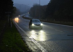 Dež in staljeni sneg polnita vodotoke, ponekod voda tudi na cestišču