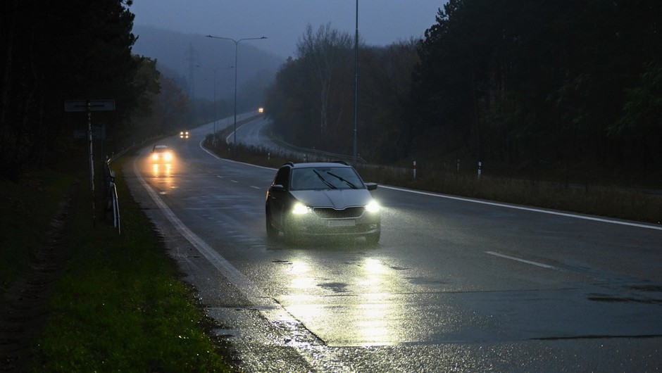 Dež in staljeni sneg polnita vodotoke, ponekod voda tudi na cestišču (foto: profimedia)