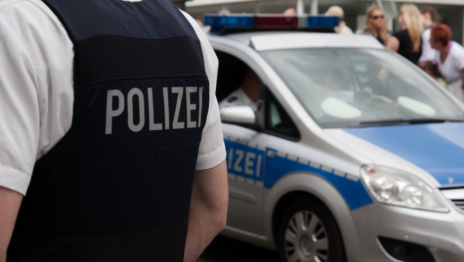 Policija zaradi kršenja protikoronskih pravil prekinila svingersko zabavo (foto: Shutterstock)