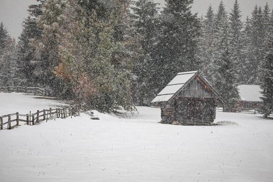 V torek bo ponovno začelo deževati, v visokogorju lahko zapade tudi meter snega