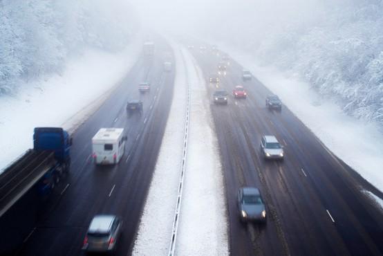 Najstnik z nadvoza na gorenjski avtocesti metal snežne kepe nad vozila