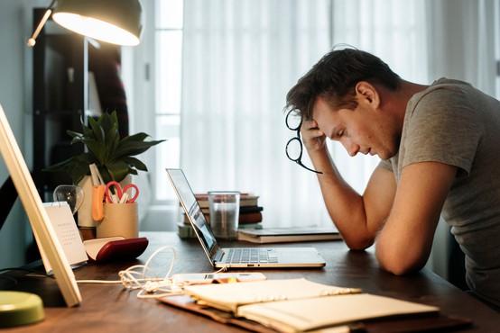 Kar sedem od desetih Slovencev poroča o prekomernem stresu, povezanim z delom