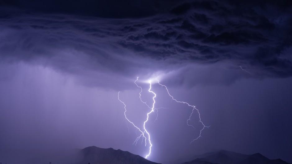 Supercelična nevihta na obali največ škode naredila v Izoli, v bližini Trsta viden tornado (foto) (foto: Shutterstock)