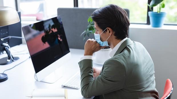 Dve tretjini zaposlenih redno nosi maske na delovnem mestu (foto: Profimedia)